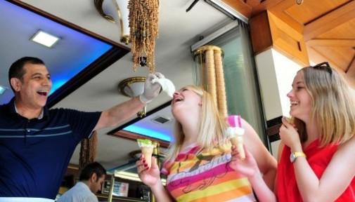 Litvanyalı Turistler Dondurmayla Serinledi