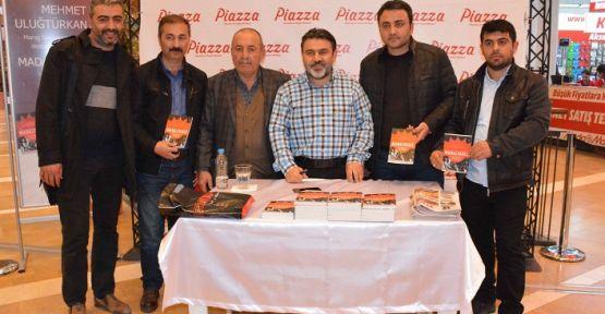 """""""MADALYASIZ""""IN YAZARI PİAZZA'DA  OKUYUCULARIYLA BULUŞTU"""
